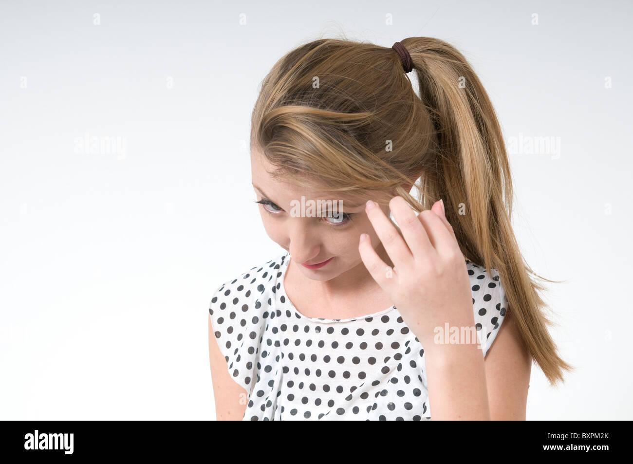 Tímida adolescente sobre fondo blanco. Imagen De Stock