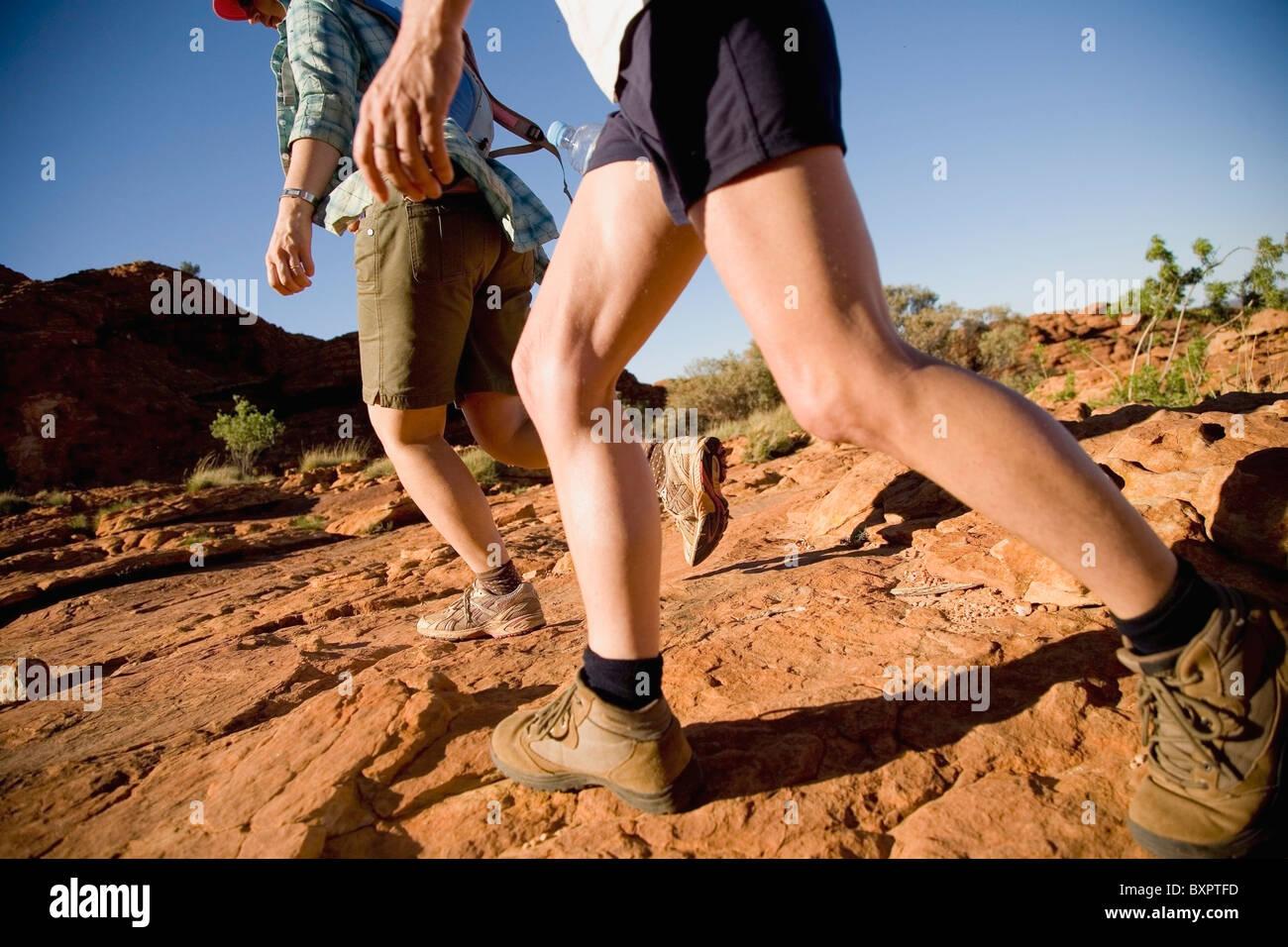 Pareja caminando en Kings Canyon, Vista de ángulo bajo Imagen De Stock