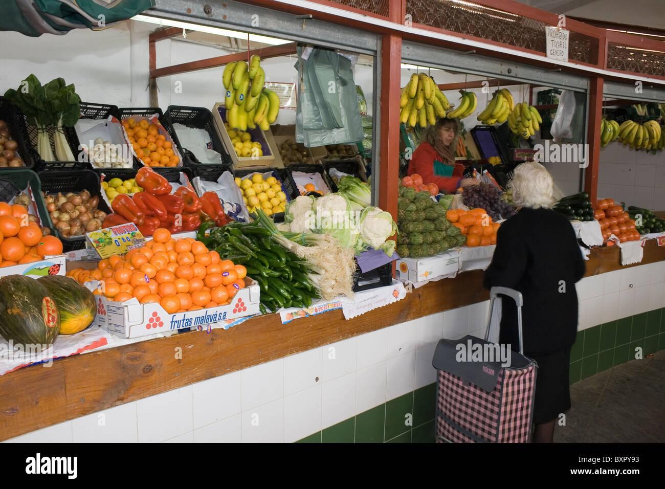 Mujer comprando frutas off calado de frutas y verduras en el mercado central, Andujar, Jaén, España. Foto de stock