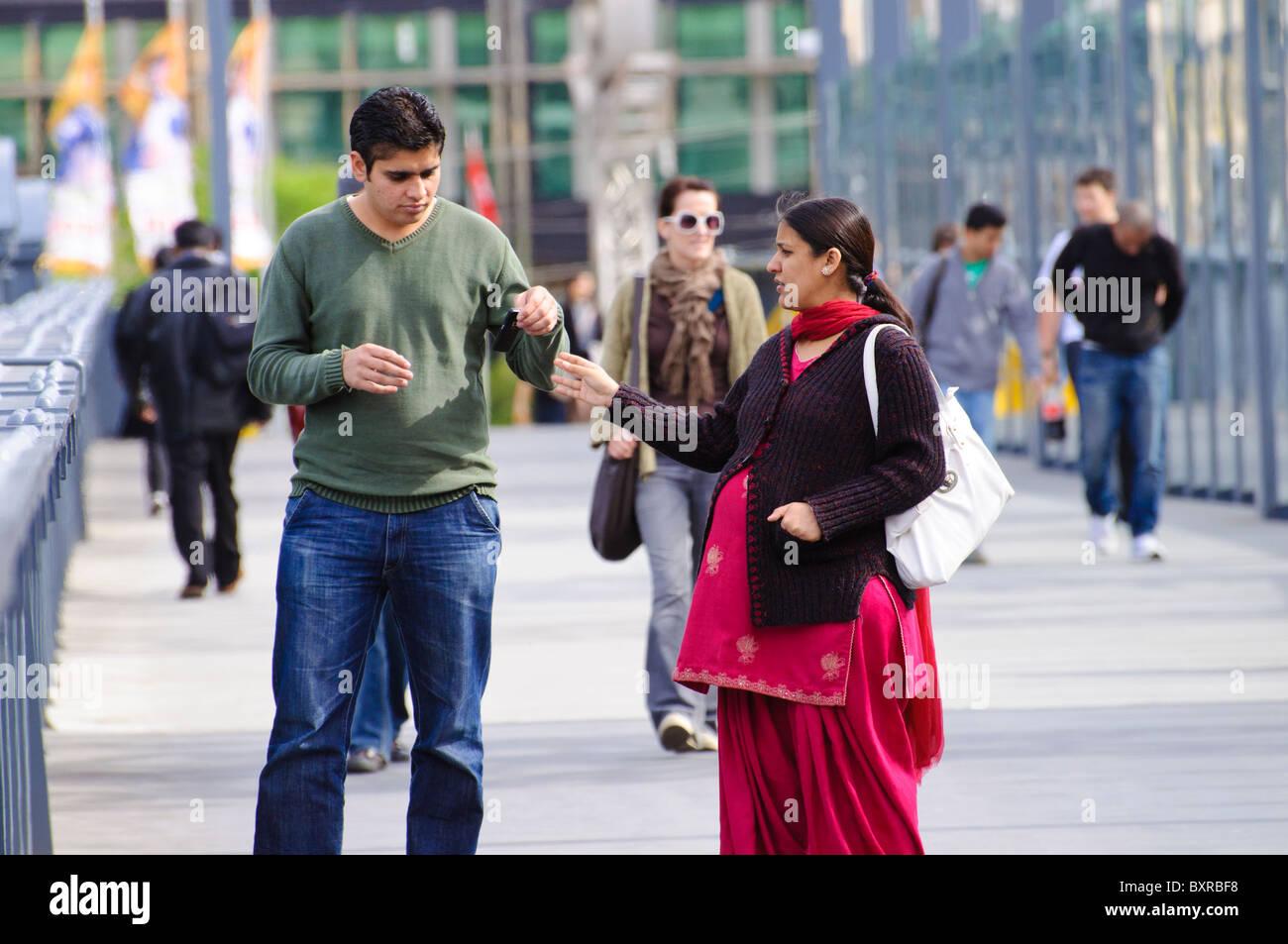 Minoría Étnica india en Australia: los migrantes o pareja de estudiante extranjero. Las mujeres, vestidas con el traje tradicional, está embarazada. Foto de stock