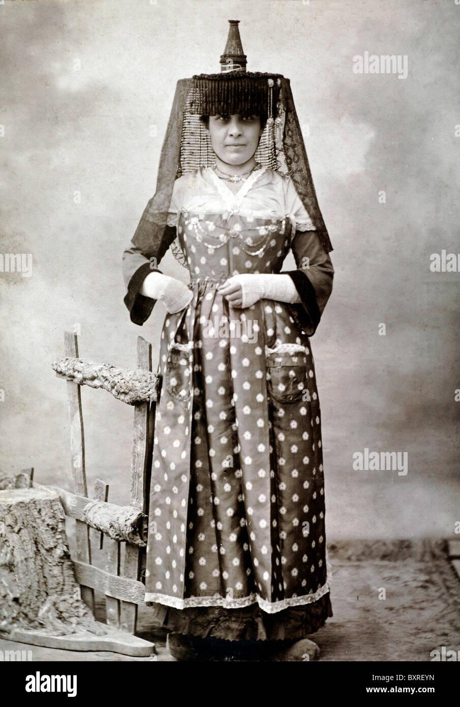 Mujer francesa en el folklore tradicional o traje folclórico de Mâcon, Borgoña, Francia Central (c1900) Imagen De Stock