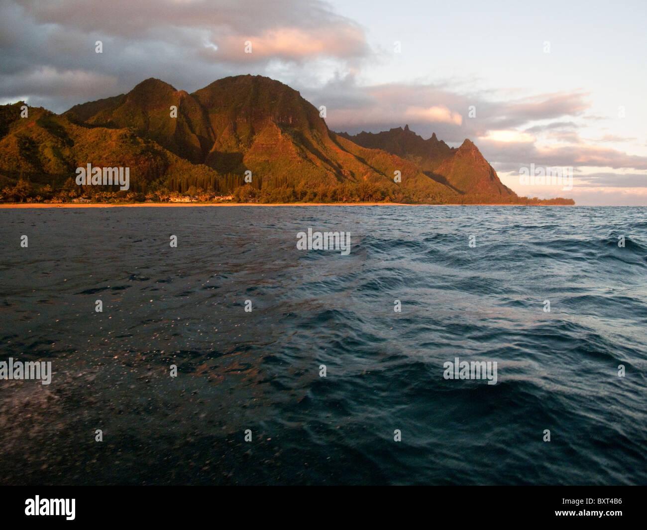 Vista de la playa y de las montañas de Hanalei visto desde un barco en la luz de la mañana temprano, la costa norte de Kauai Foto de stock