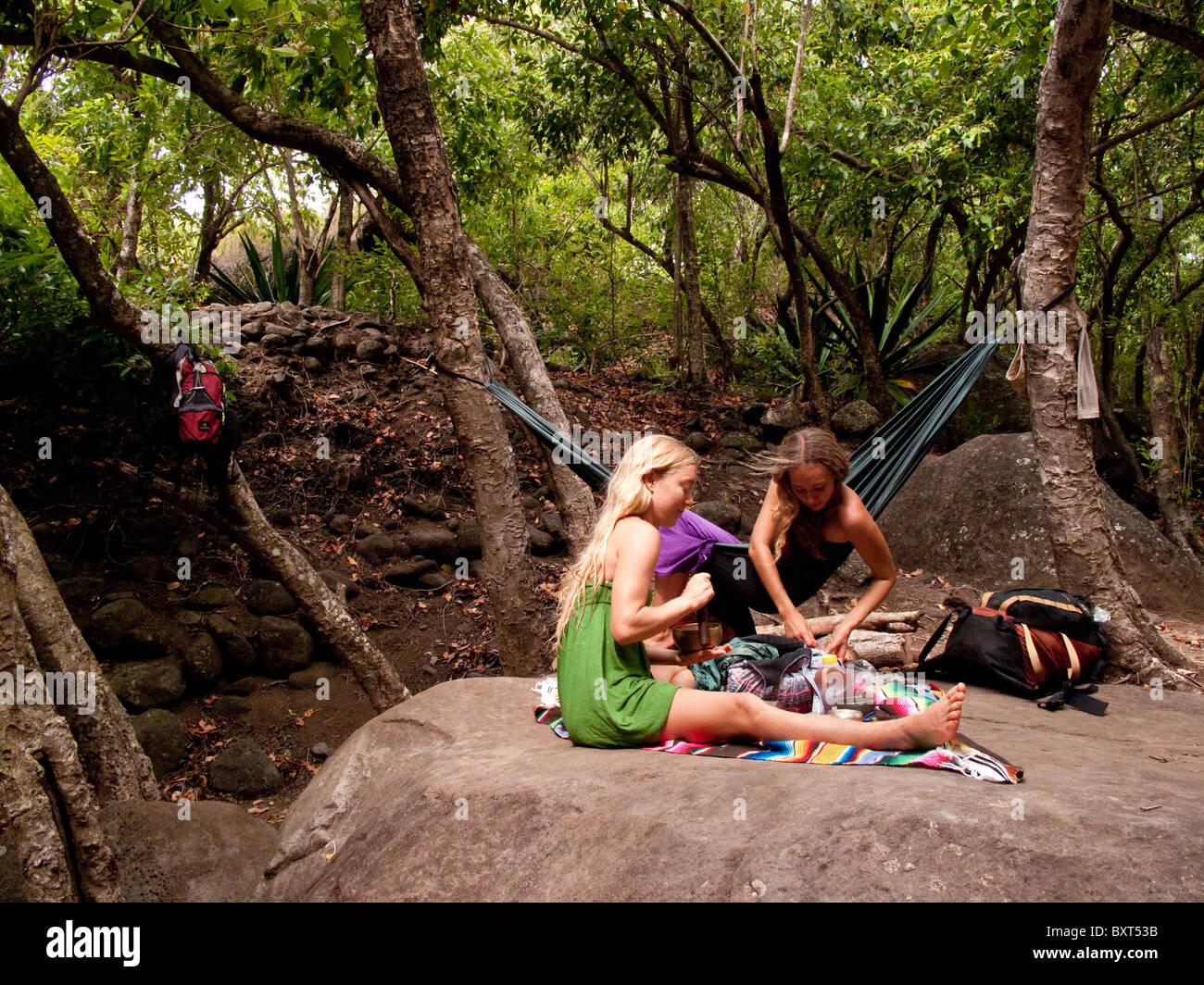 Dos mujeres relajándose en un camping en Valle Kalalau, Costa Na Pali, Kauai Foto de stock