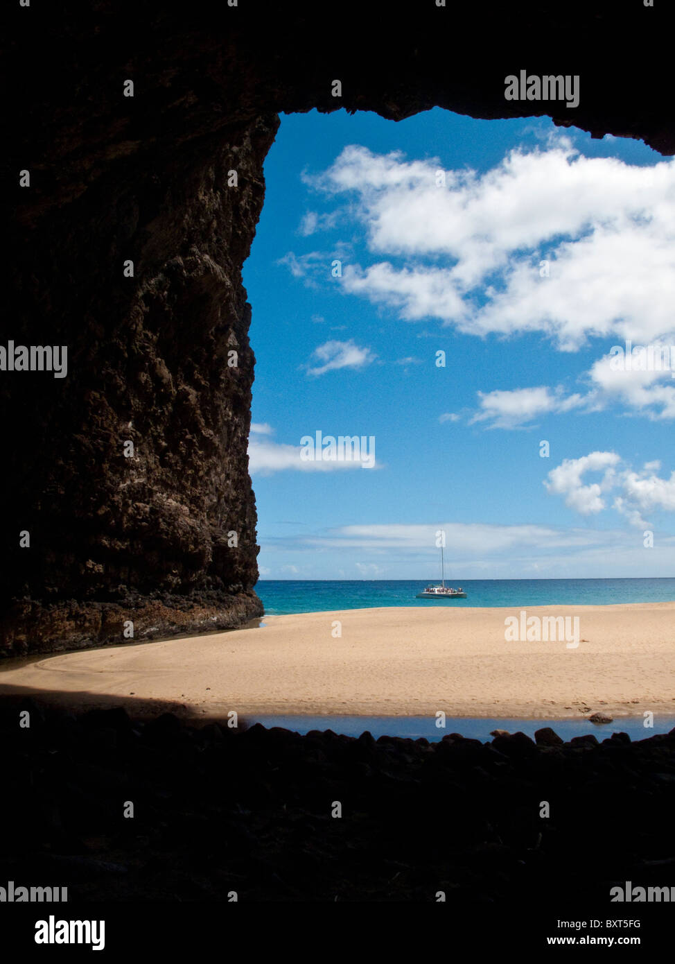 Velero anclado cerca de arco en Honopu beach, Costa Na Pali, Kauai Foto de stock