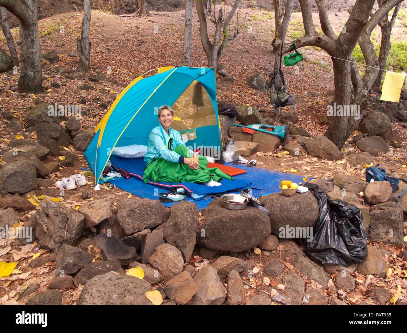Mujer en su tienda , camping en Valle Kalalau, Costa Napali, North Shore de Kauai Foto de stock