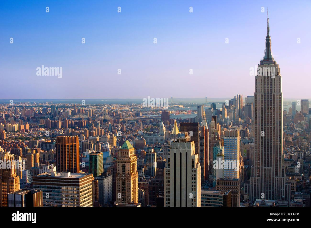 Vista a última hora de la tarde del edificio Empire State y el horizonte de Manhattan, Nueva York, EE.UU Foto de stock