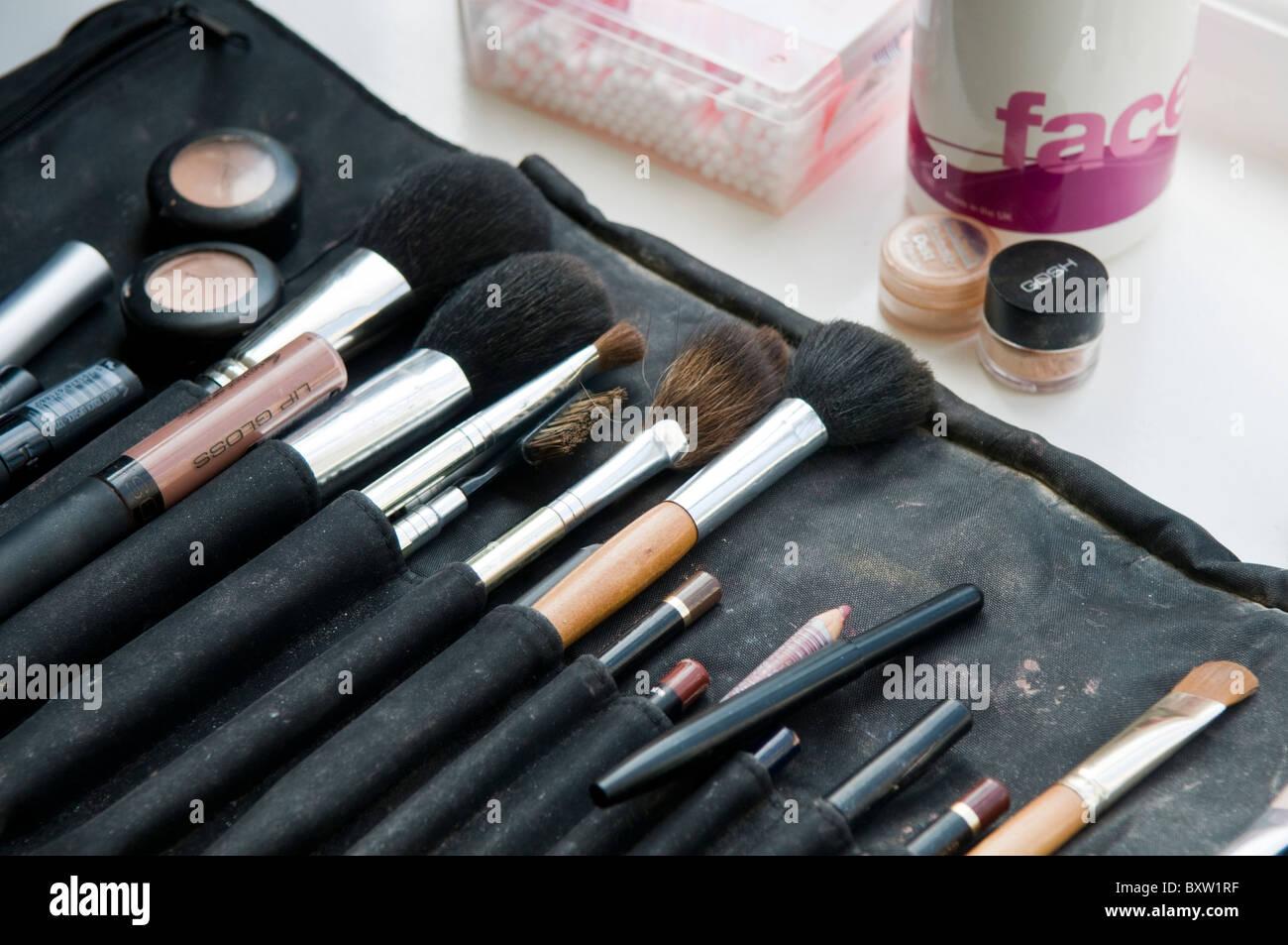Los artistas de maquillaje profesional brush bolsa con una colección de pinceles Imagen De Stock