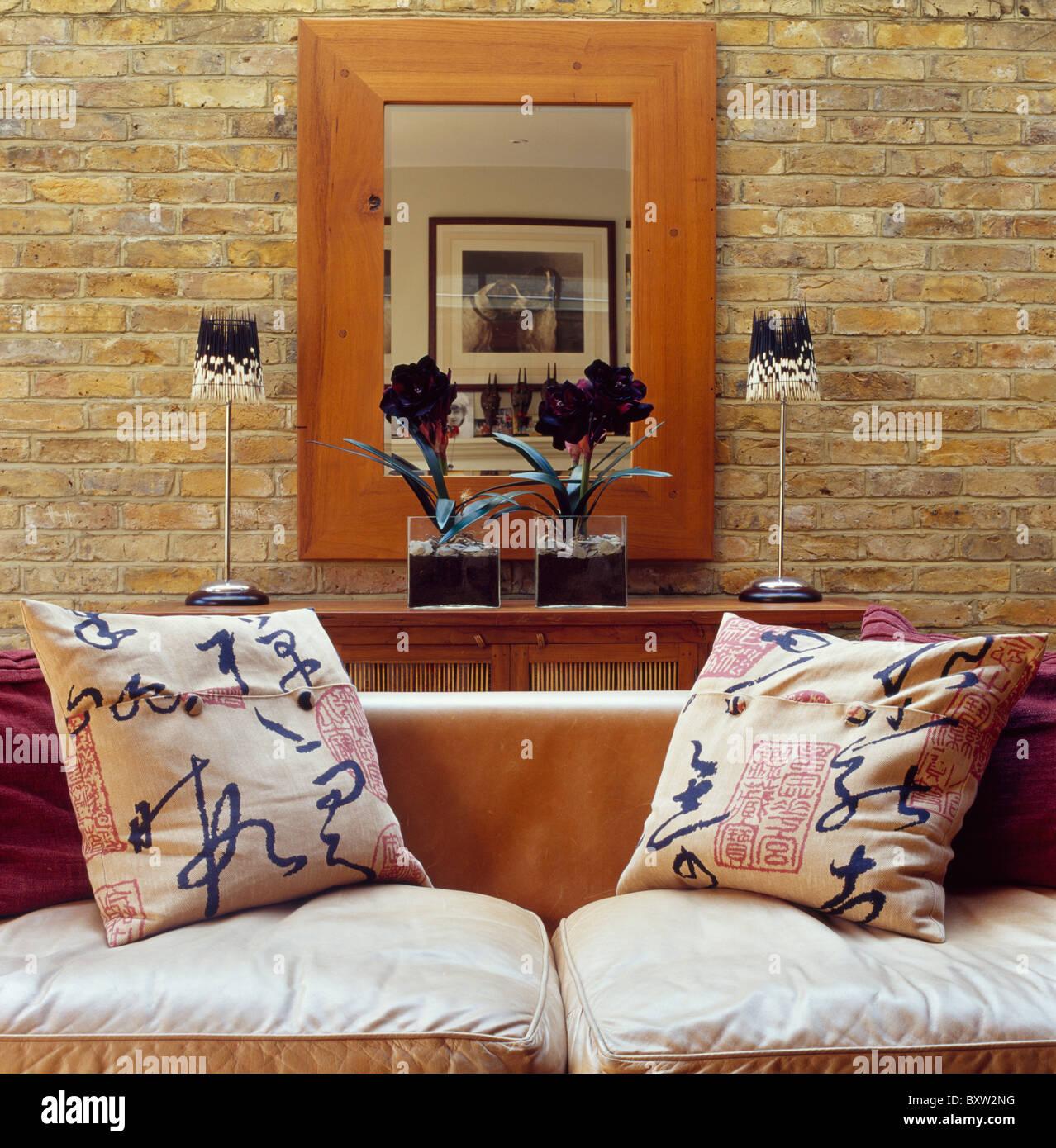 Sofá con blue+blanco de letras chinas cojines estampados en el salón ...