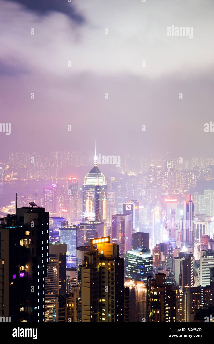 El impresionante horizonte de Hong Kong visto desde el mirador de pico durante la noche. Las imponentes estructuras Foto de stock