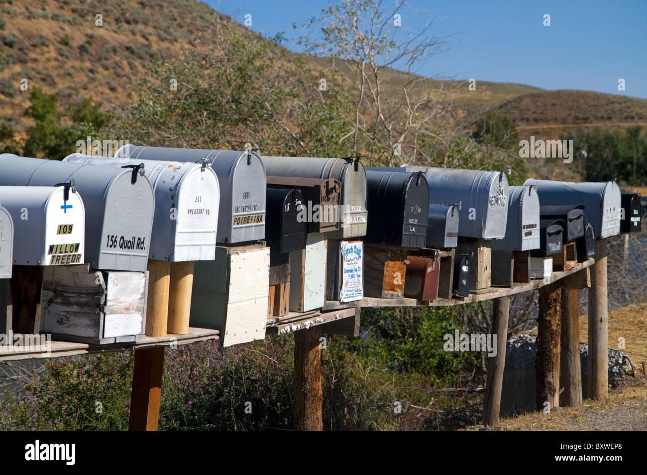 Los buzones se alinearon para la entrega de correo en una zona rural cerca de Challis, Idaho, USA. Imagen De Stock
