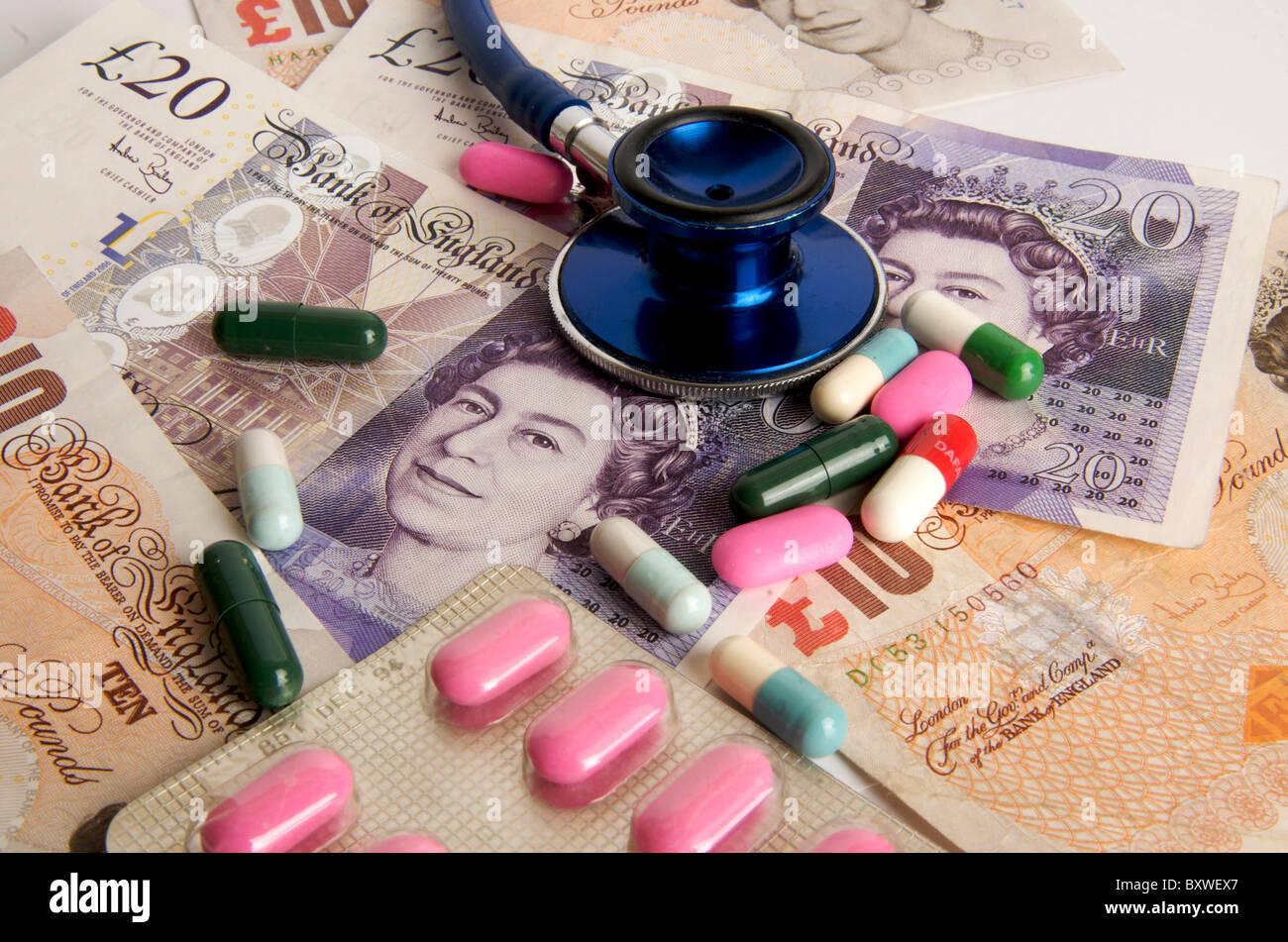 Libra esterlina billetes, el estetoscopio, píldoras, concepto de salud en el Reino Unido. Imagen De Stock