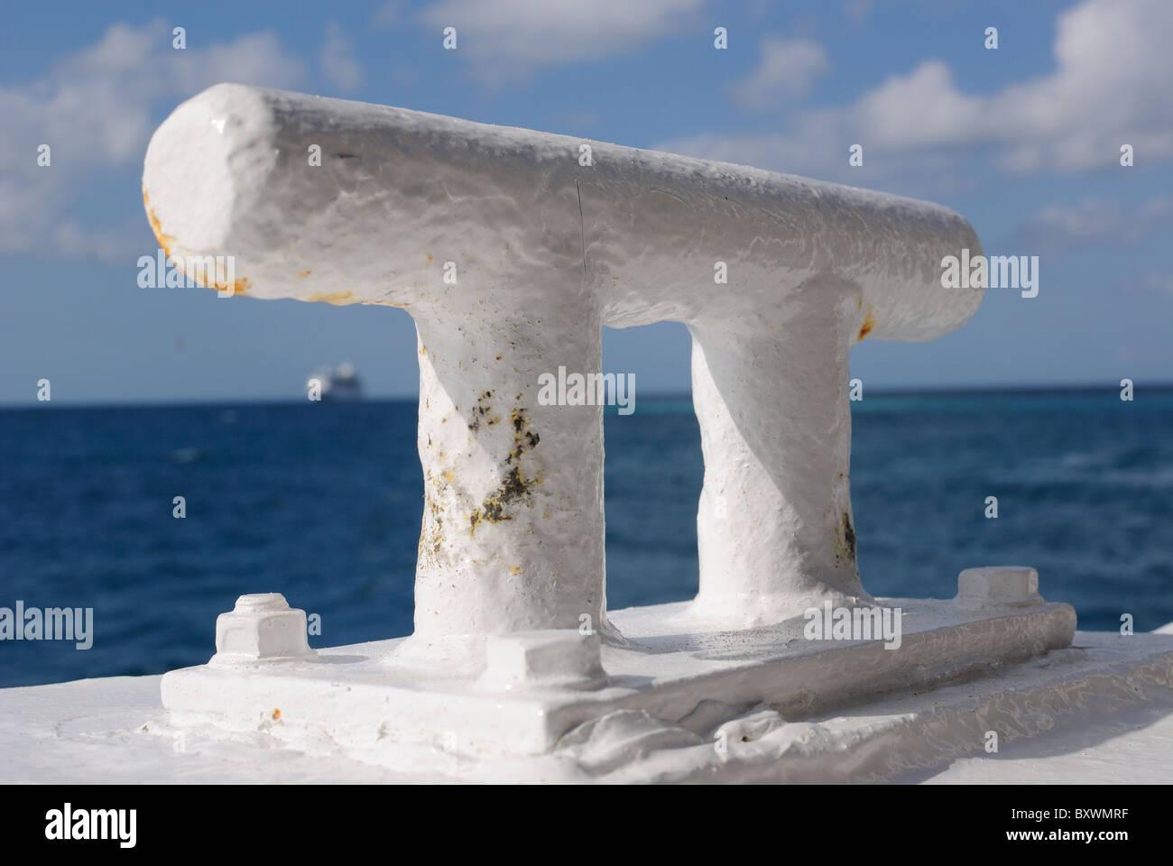 Una mordaza para fijar la cuerda en un barco Imagen De Stock