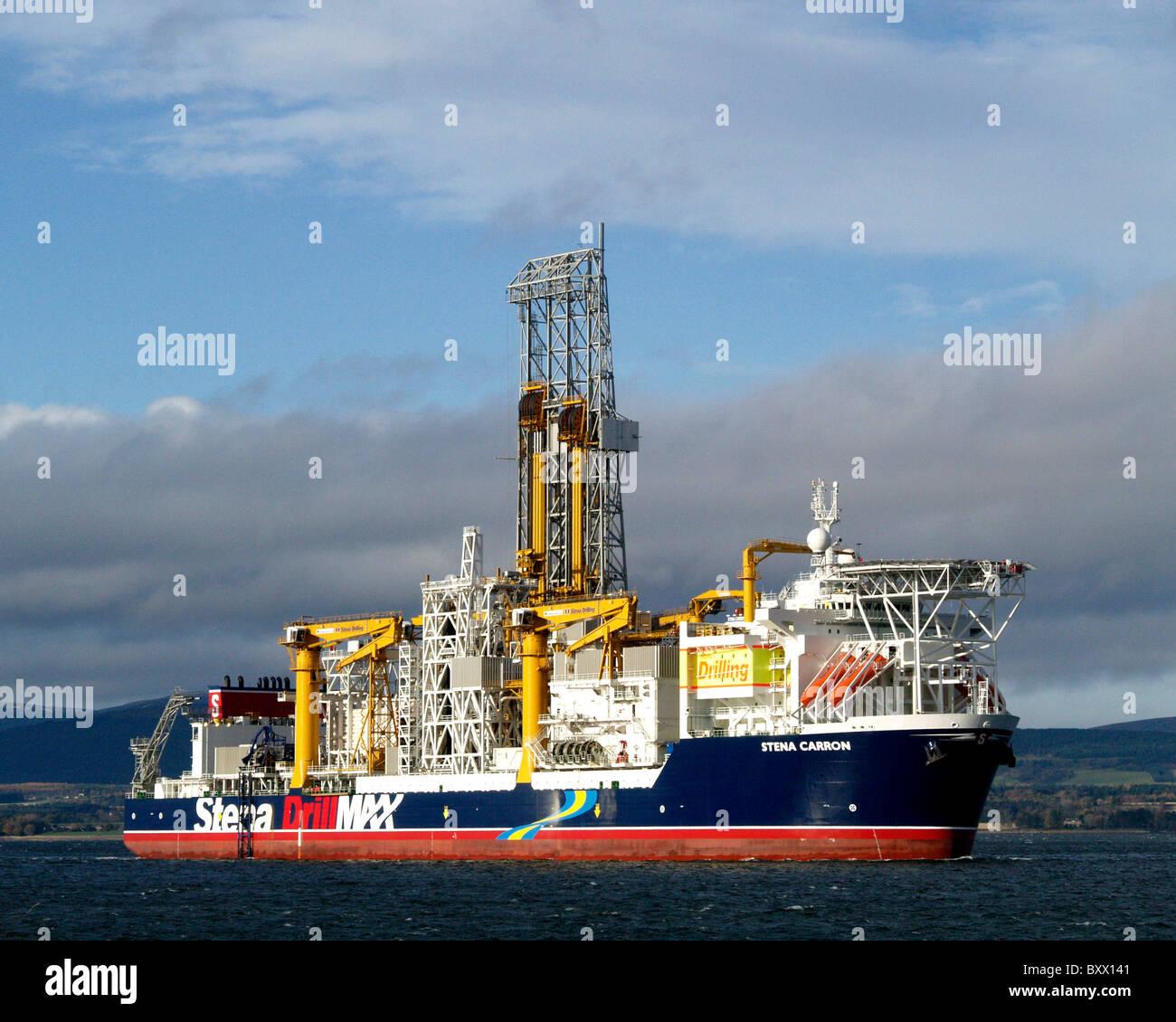 El buque sonda Stena Carron dejando el Cromarty Firth, en ruta para perforar pozos de petróleo en aguas profundas en las aguas cercanas a Groenlandia. Foto de stock
