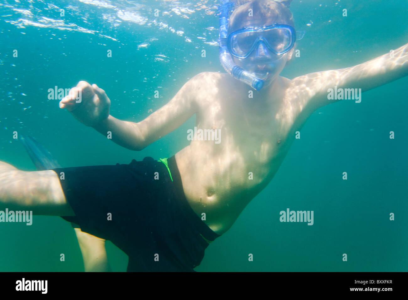 Adolescente el snorkeling en las aguas de Salto(Saltö) Suecia Foto de stock