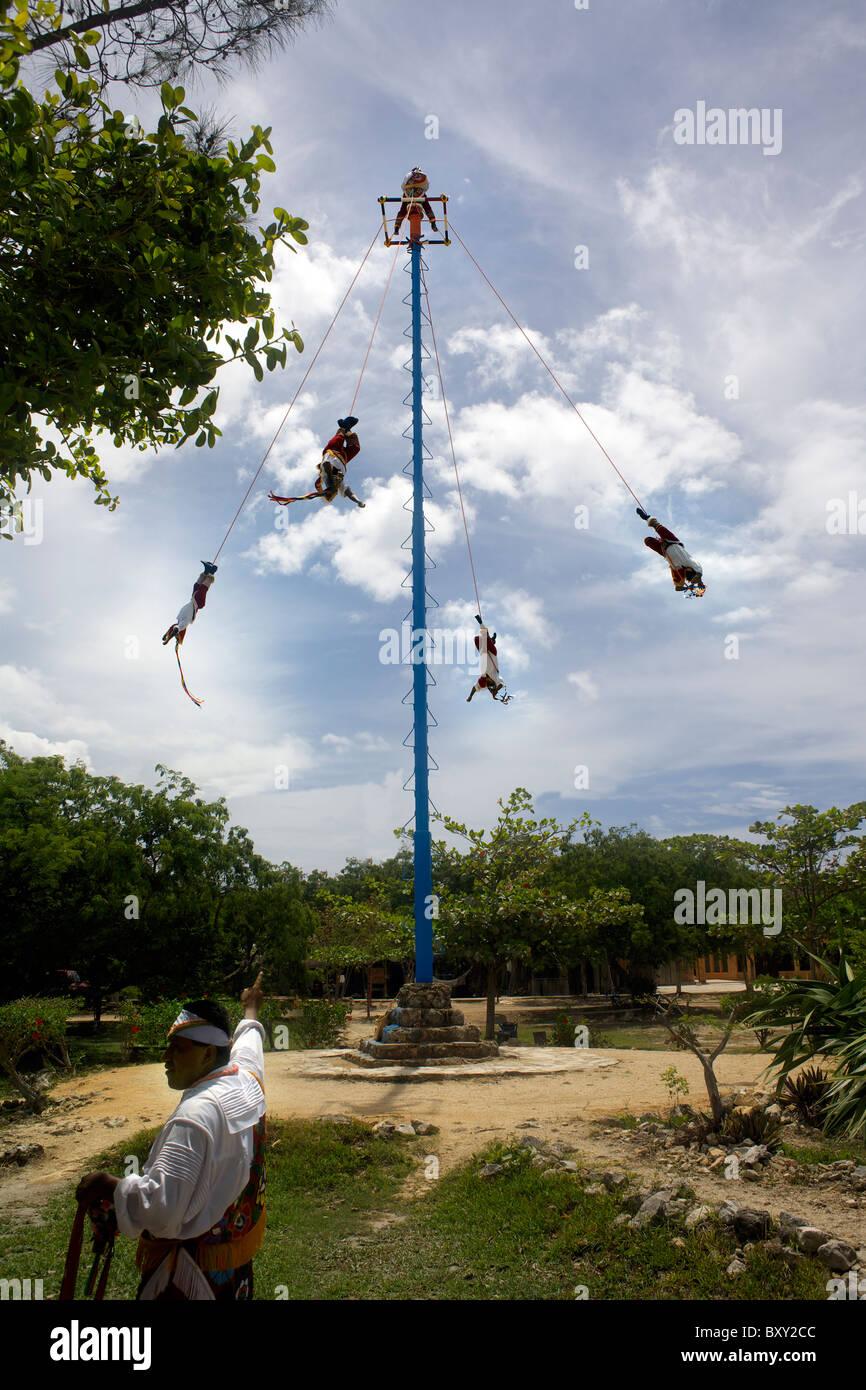 Danza de los voladores (Danza de los voladores), voladores muestre, ceremonia, ritual, Tulum, Cancún, Quintana Imagen De Stock