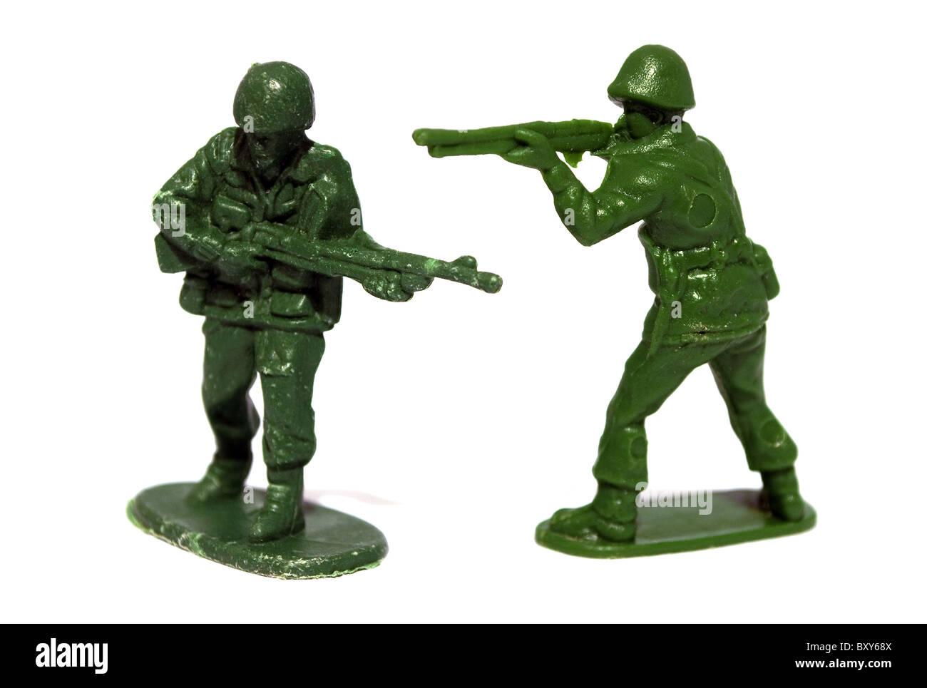 Dos soldados de juguete de plástico sobre un fondo blanco. Foto de stock