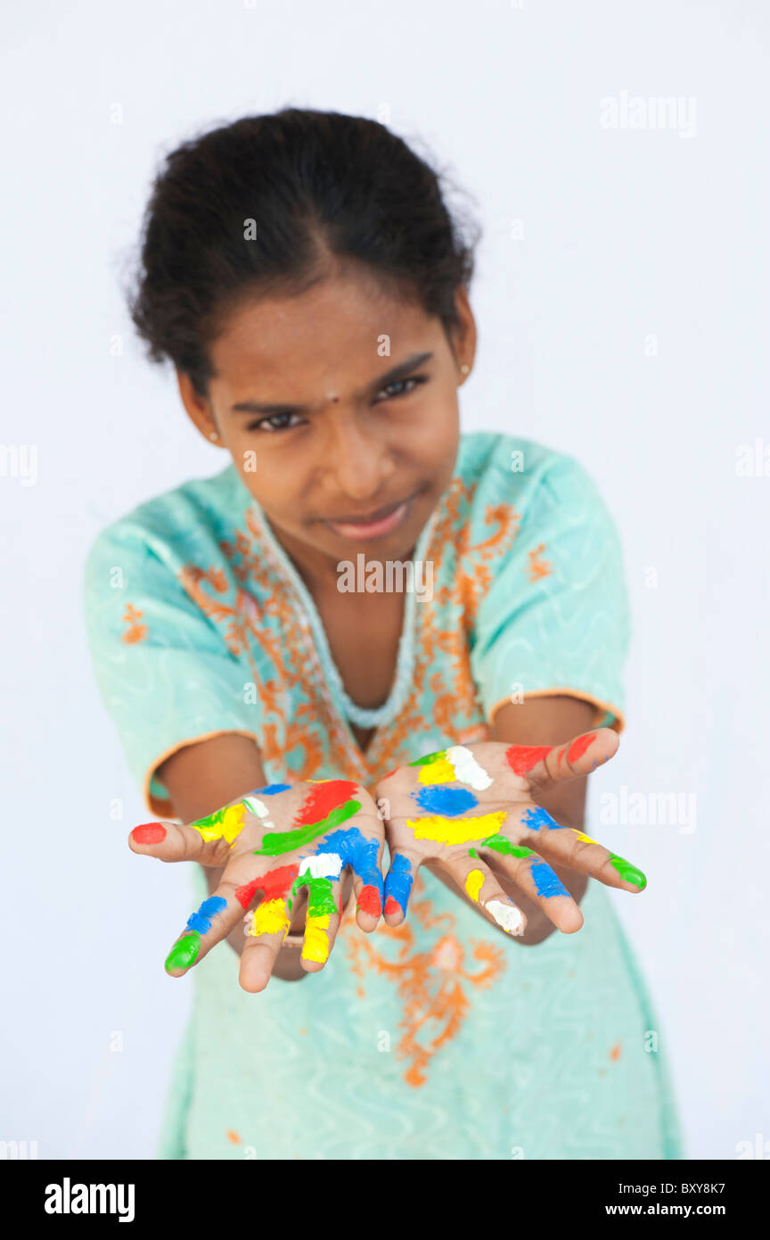 Joven indígena con manos multicolores pintadas sobre un fondo blanco. Foto de stock