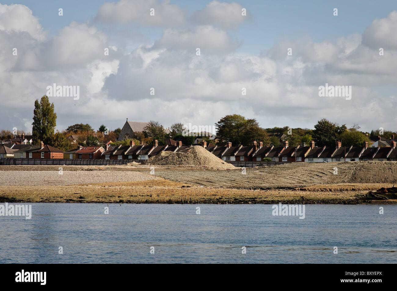 Montones de agregado que se ha dragado del río Itchen. Imagen De Stock