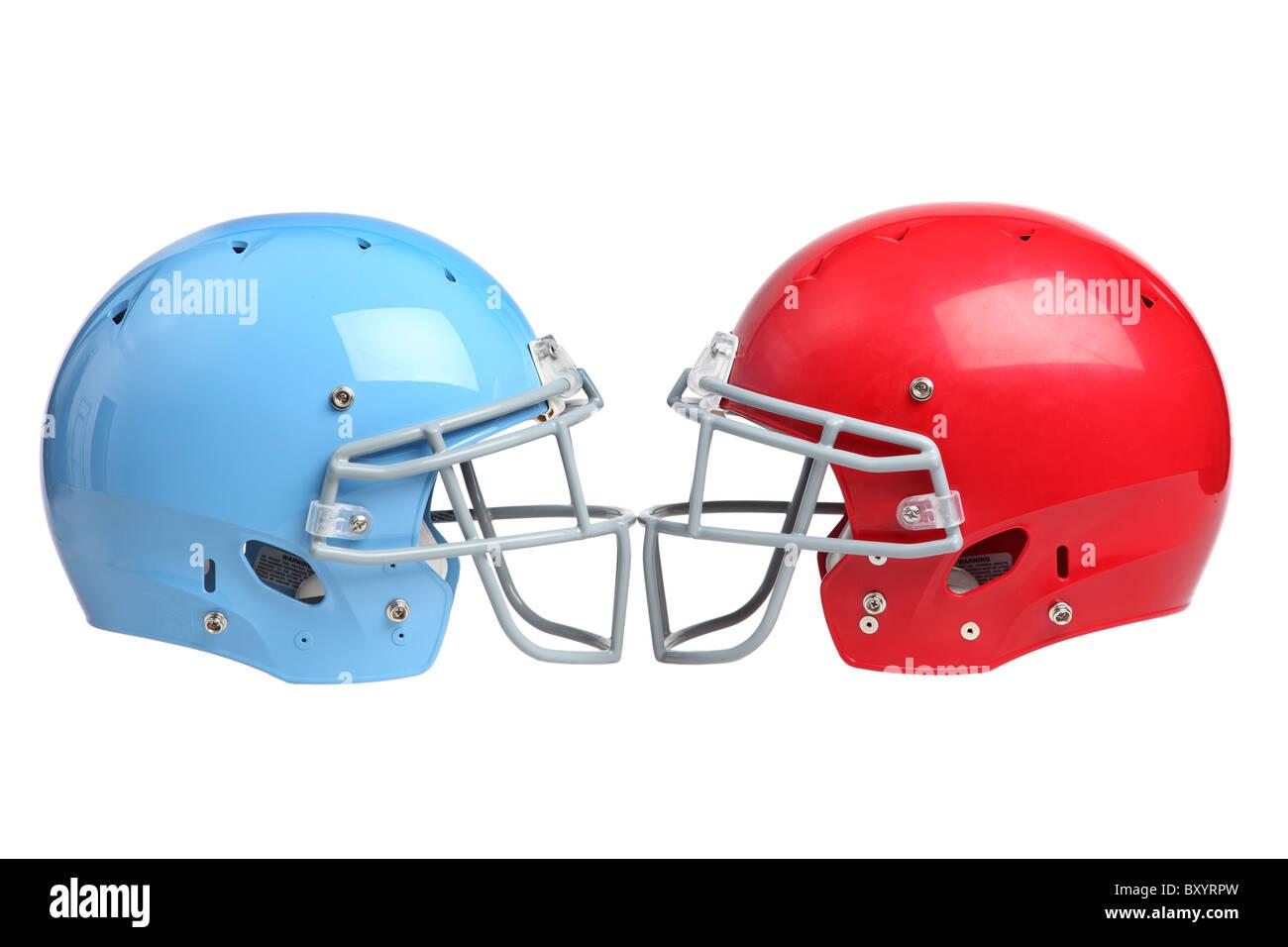 Dos cascos de fútbol americano sobre fondo blanco. Imagen De Stock