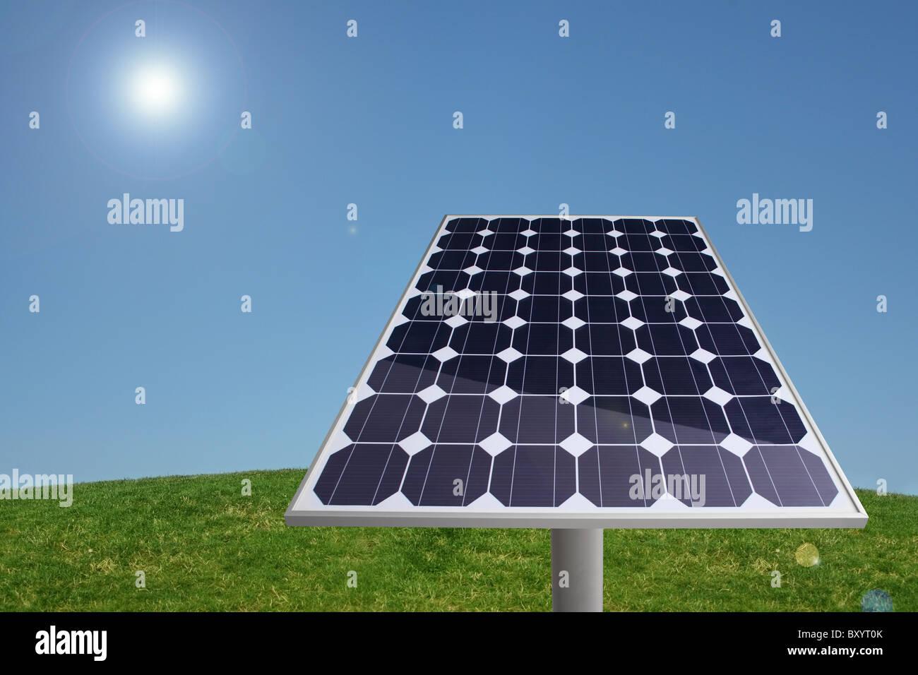 Panel solar en la hierba con el cielo azul Imagen De Stock