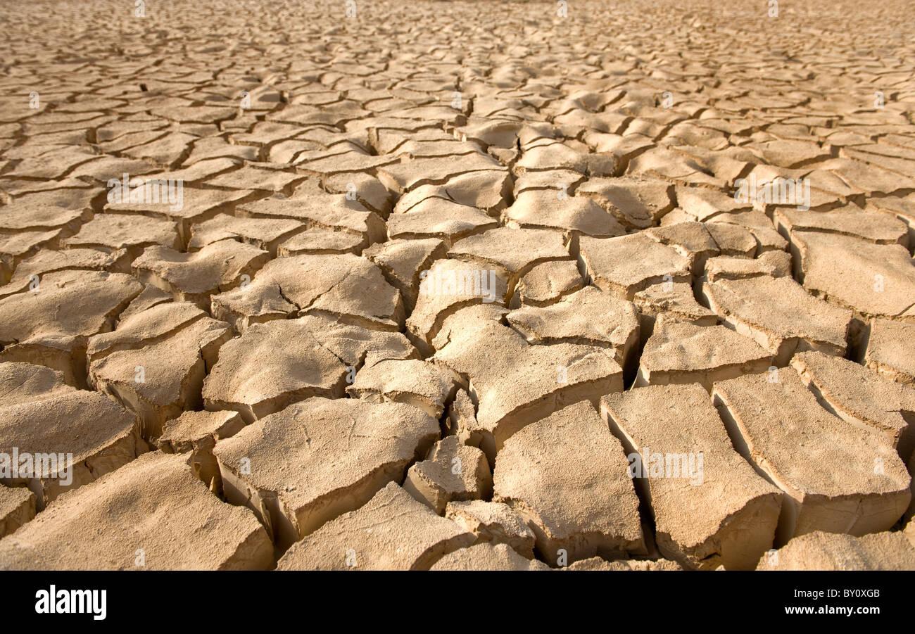Patrón de suelo agrietado en el valle de Arava, Zin, Israel. Imagen De Stock