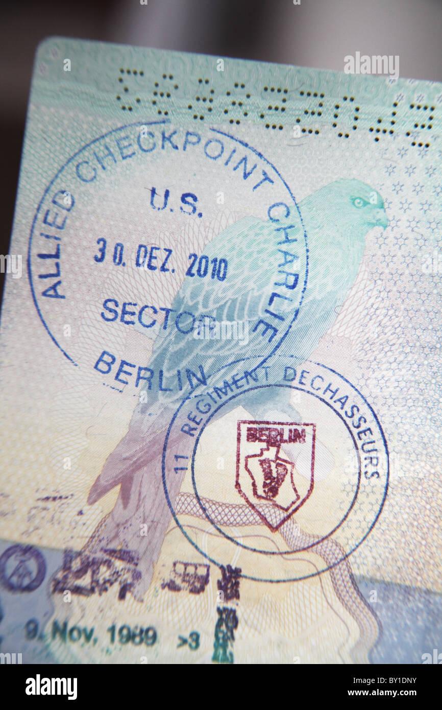 Frontera falsos sellos en el pasaporte; Checkpoint Charlie, Berlin en el viejo cruce entre los aliados y los sectores Imagen De Stock