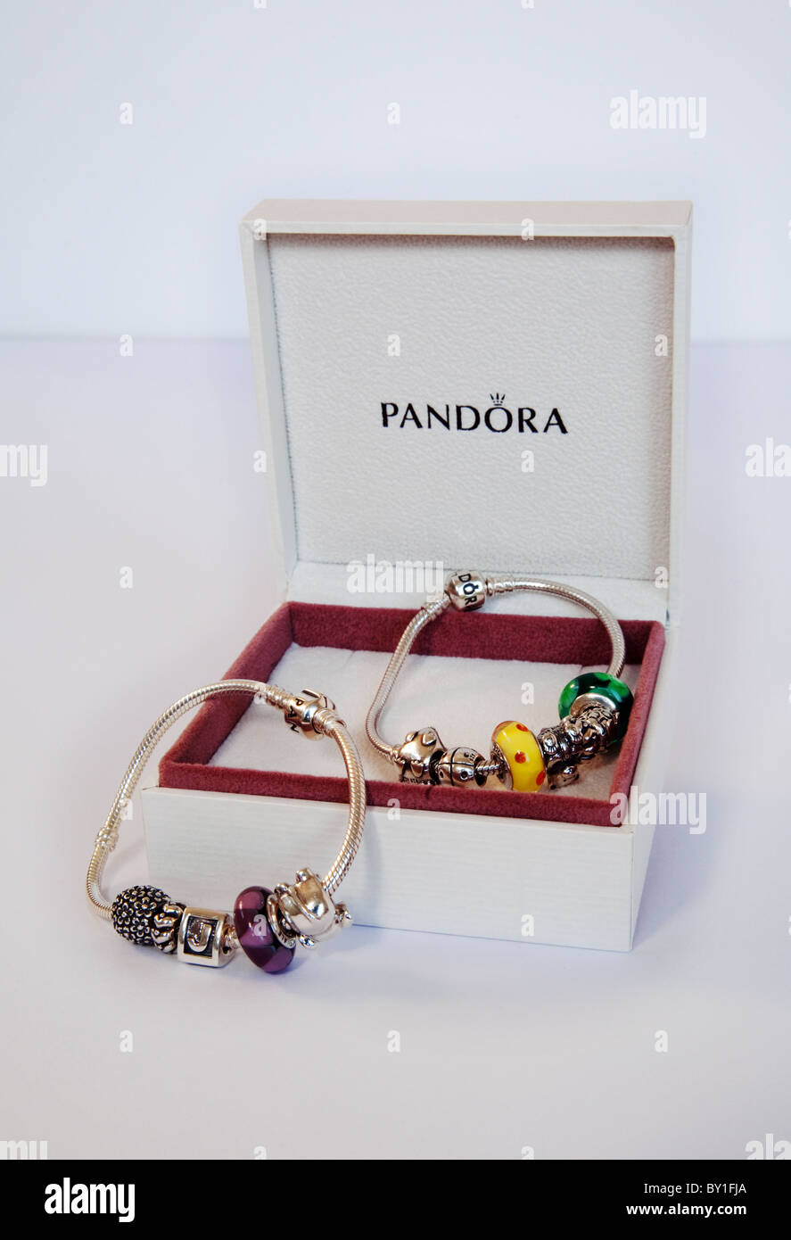 Dos joyas de Pandora pulseras y de su acondicionamiento. Imagen De Stock