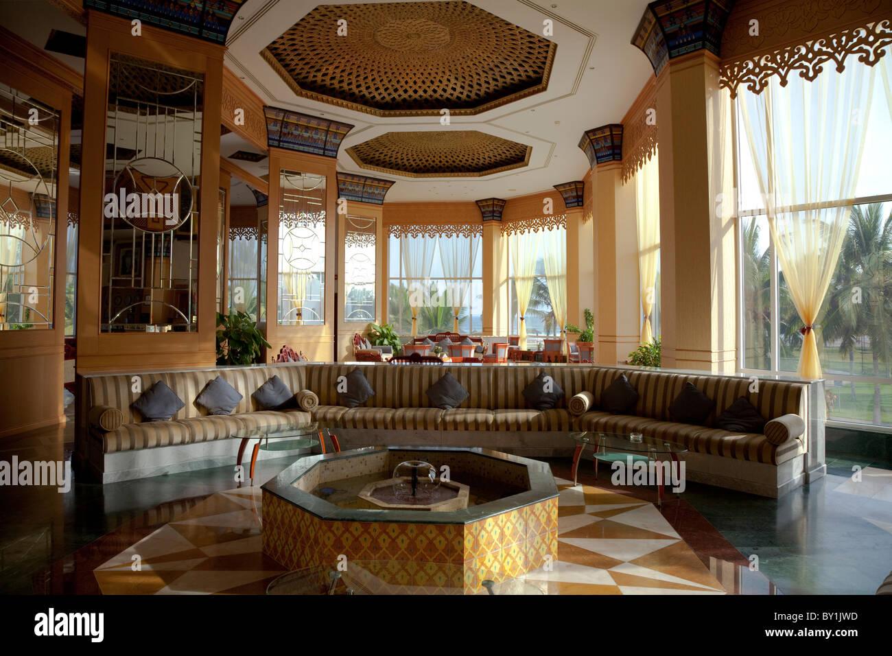 Omán, Salalah. Crowne Plaza, el vestíbulo/recepción. Imagen De Stock
