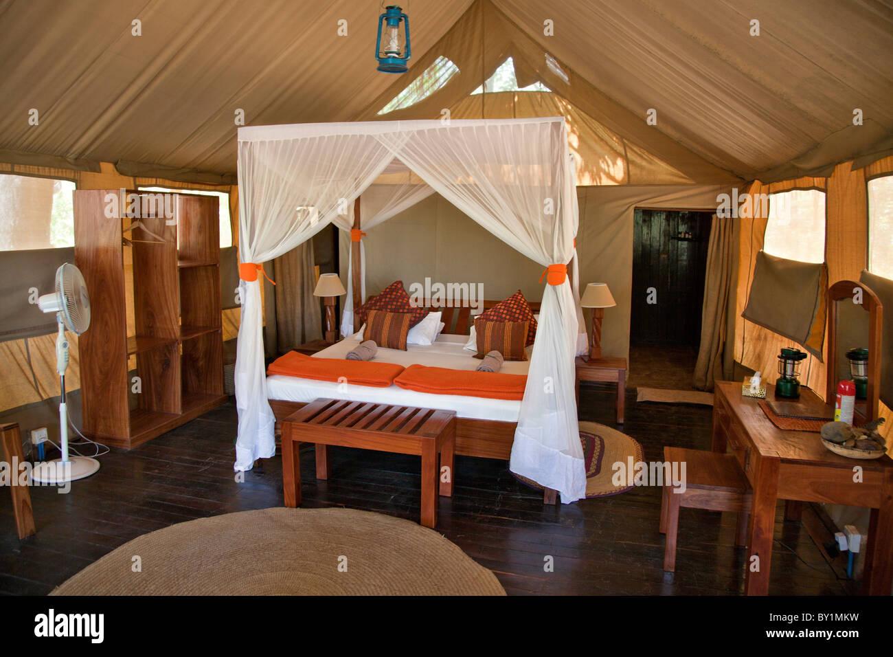 Tented alojamiento en Selous Riverside Safari Camp está situado en los bancos del río Rufiji justo fuera Imagen De Stock