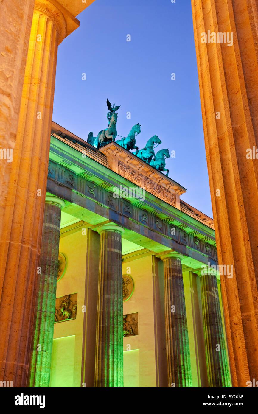 Alemania,Berlín, Puerta de Brandenburgo iluminada al anochecer, durante el Festival de las luces Imagen De Stock