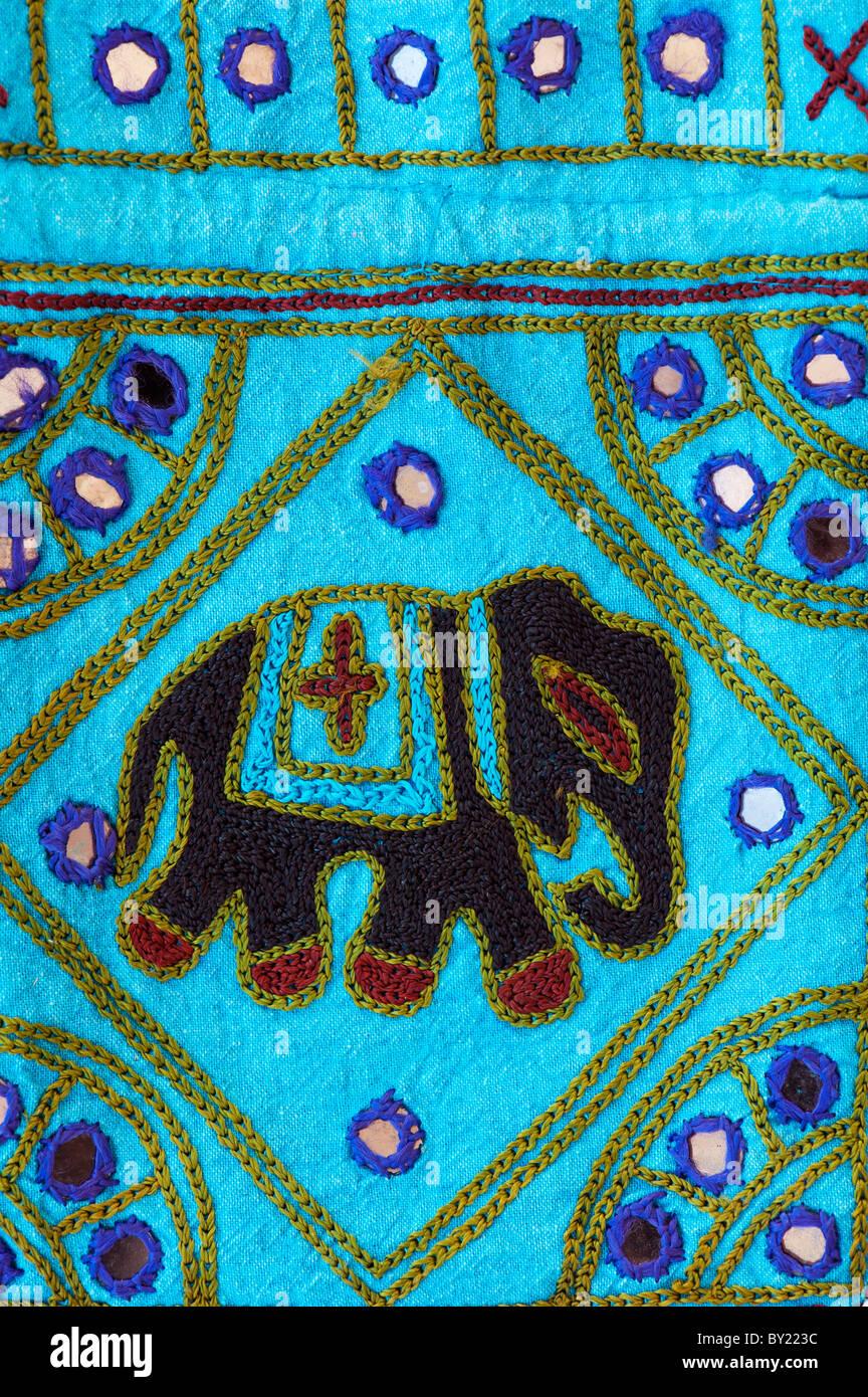 India coloridas telas artesanales bolso con diseño de elefantes. En Andhra Pradesh, India Imagen De Stock