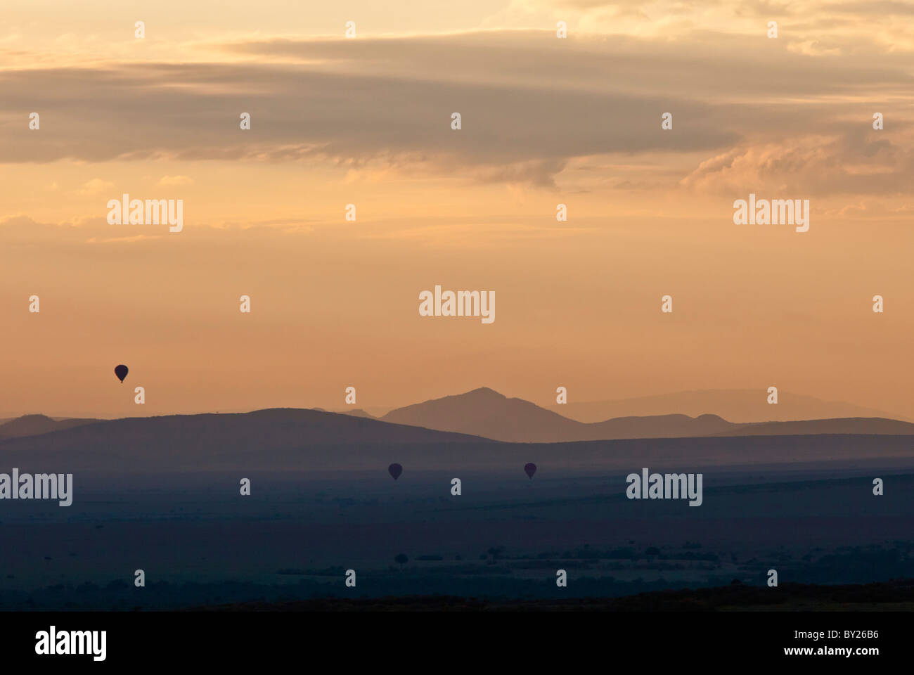 Amanece sobre Masai-Mara como deriva de los globos de aire caliente a través de las llanuras. Imagen De Stock