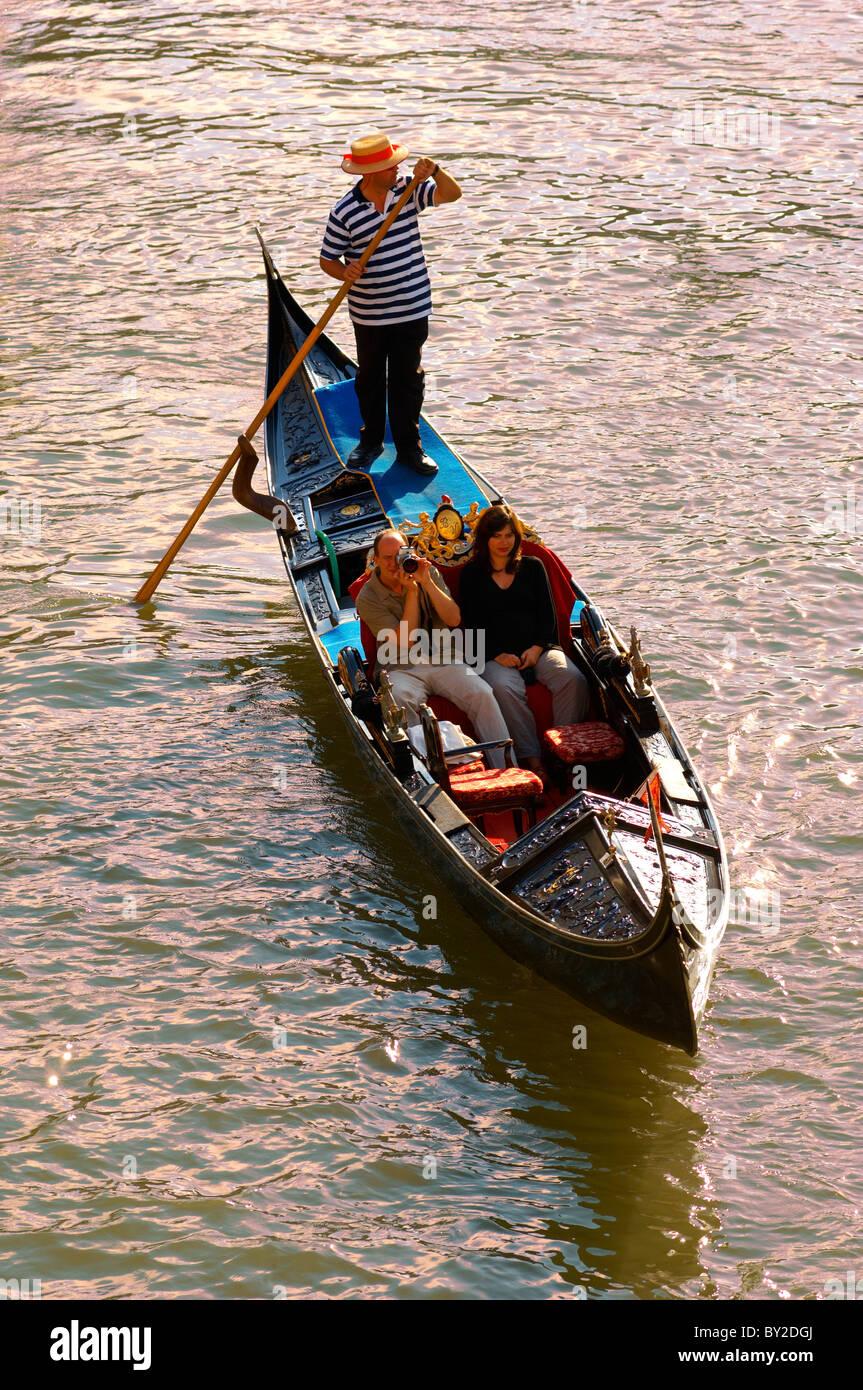 La góndola en el puente de Rialto - Venecia, Italia Imagen De Stock