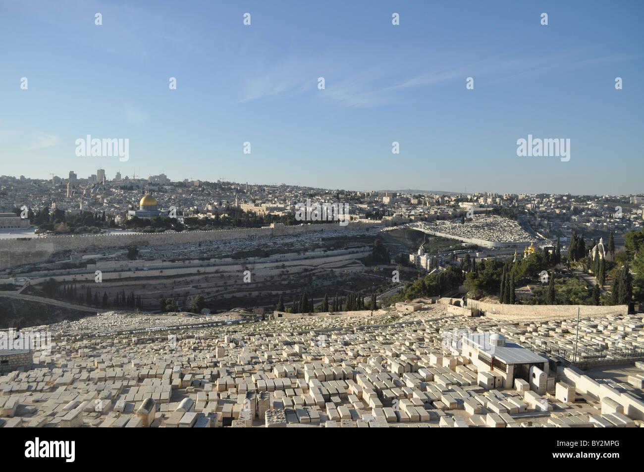 Jerusalén: el monte del templo visto desde el Monte del olivo con el cementerio judío. Foto de stock