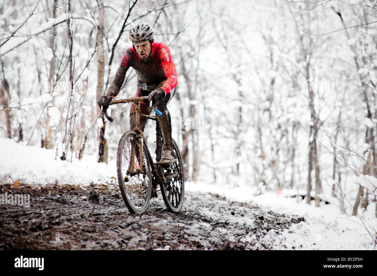 Un carreras ciclistas en el barro y nieve en una carrera de ciclocross en Boulder, Colorado. Imagen De Stock