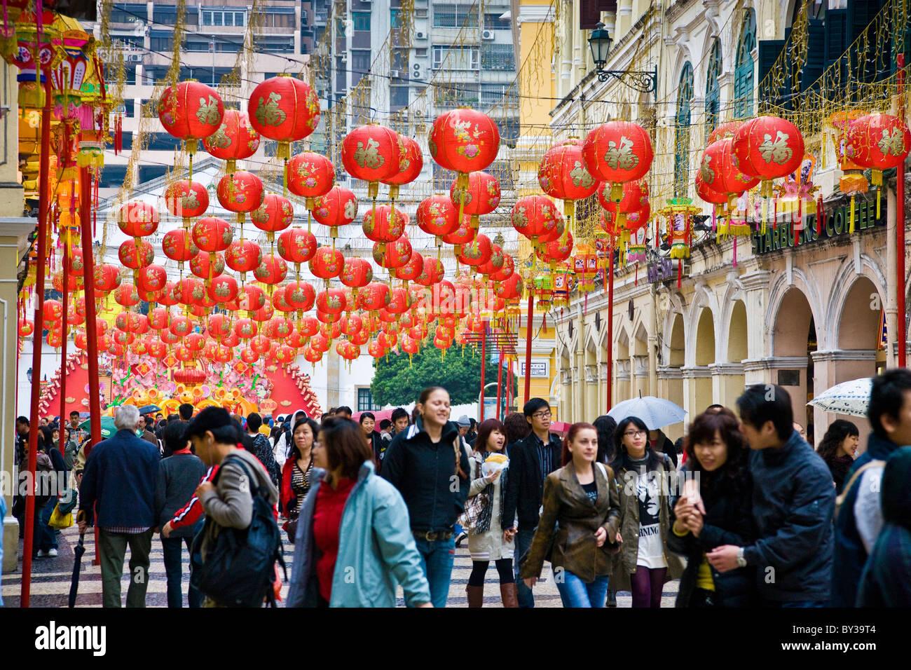 Año nuevo chino linternas sobre las multitudes de gente local en una calle en Macao, China. JMH4165 Imagen De Stock