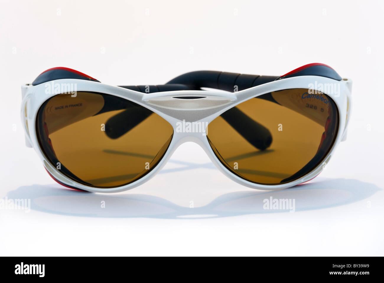 95a5cb6d02 Gafas de glaciar Julbo Explorer con Cameleon fotocromáticos lentes de color  marrón oscuro sobre un fondo completamente blanco