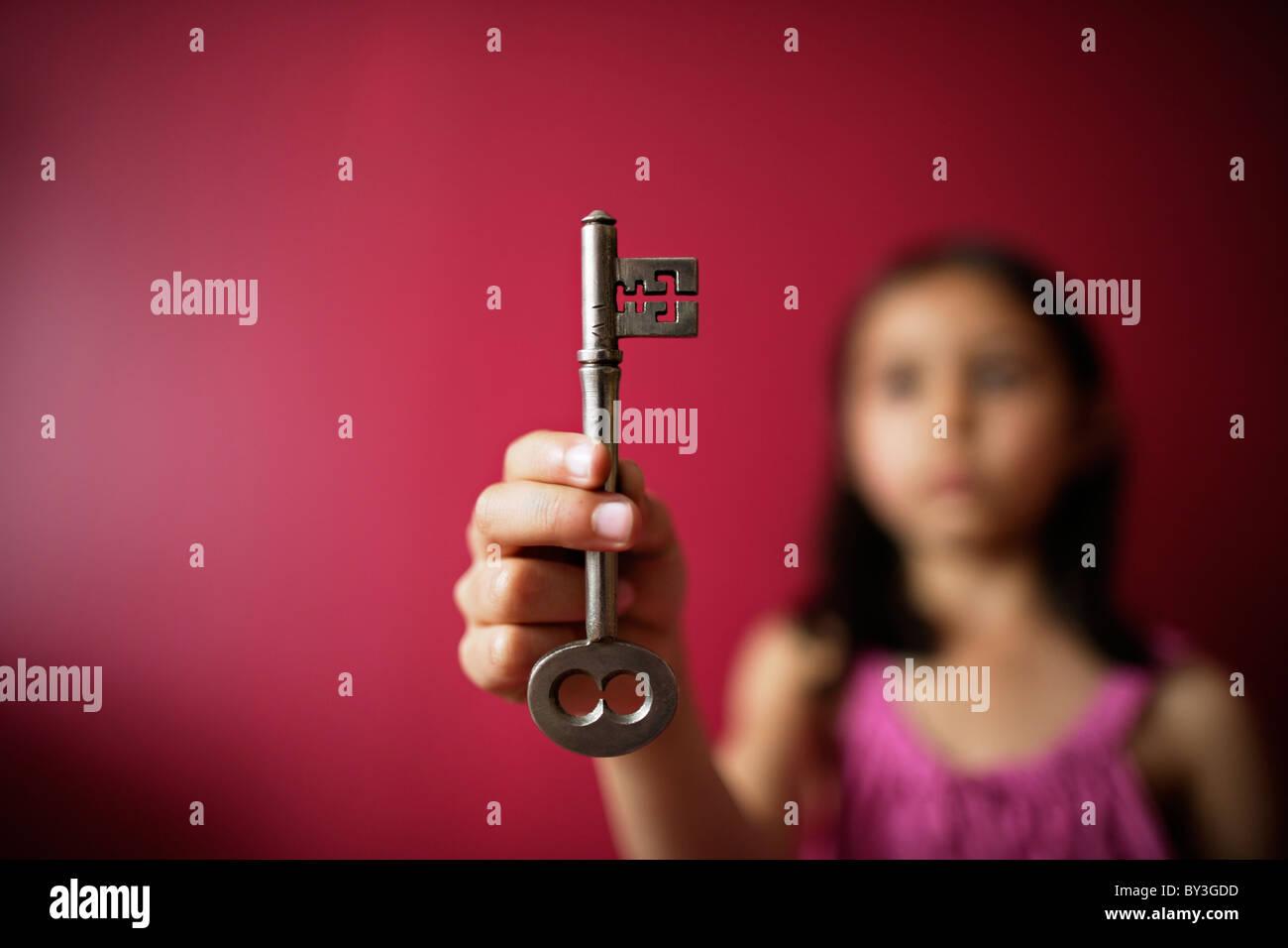 Chica posee llave en mano Imagen De Stock