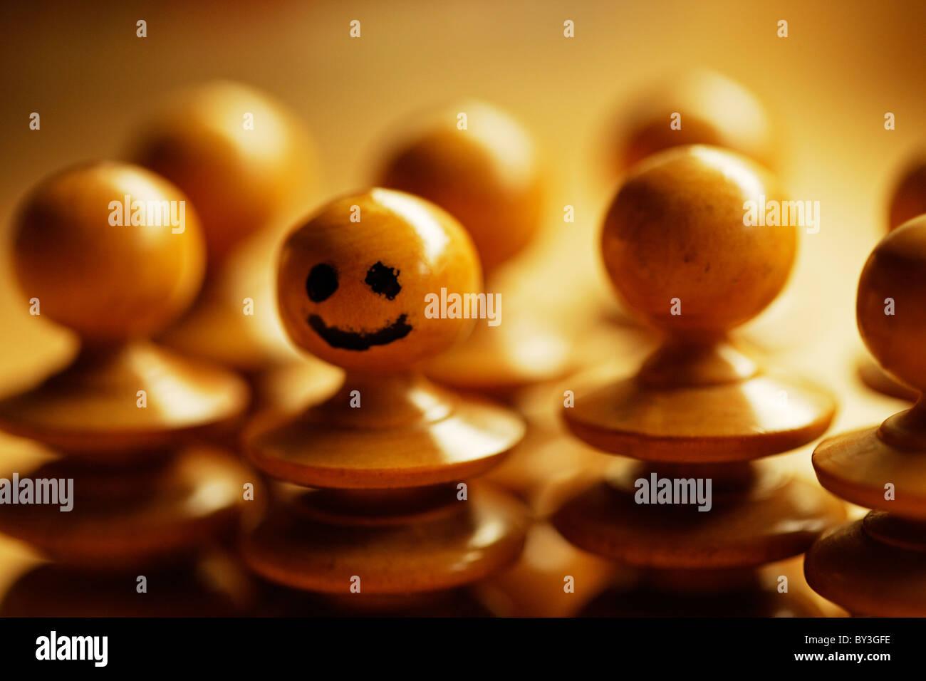 Feliz peón destaca entre la multitud. Imagen De Stock
