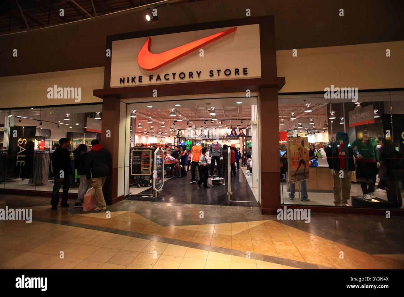buy online 1929d 7456b Nike factory outlet tienda en Vaughan Mills Mall en Toronto, 2010 Imagen De  Stock