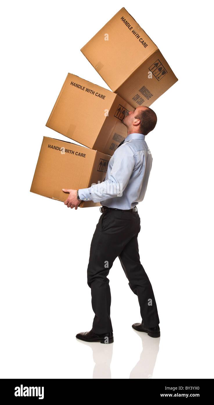 Joven empresario tiene problema para llevar su caja isolaed sobre blanco Imagen De Stock