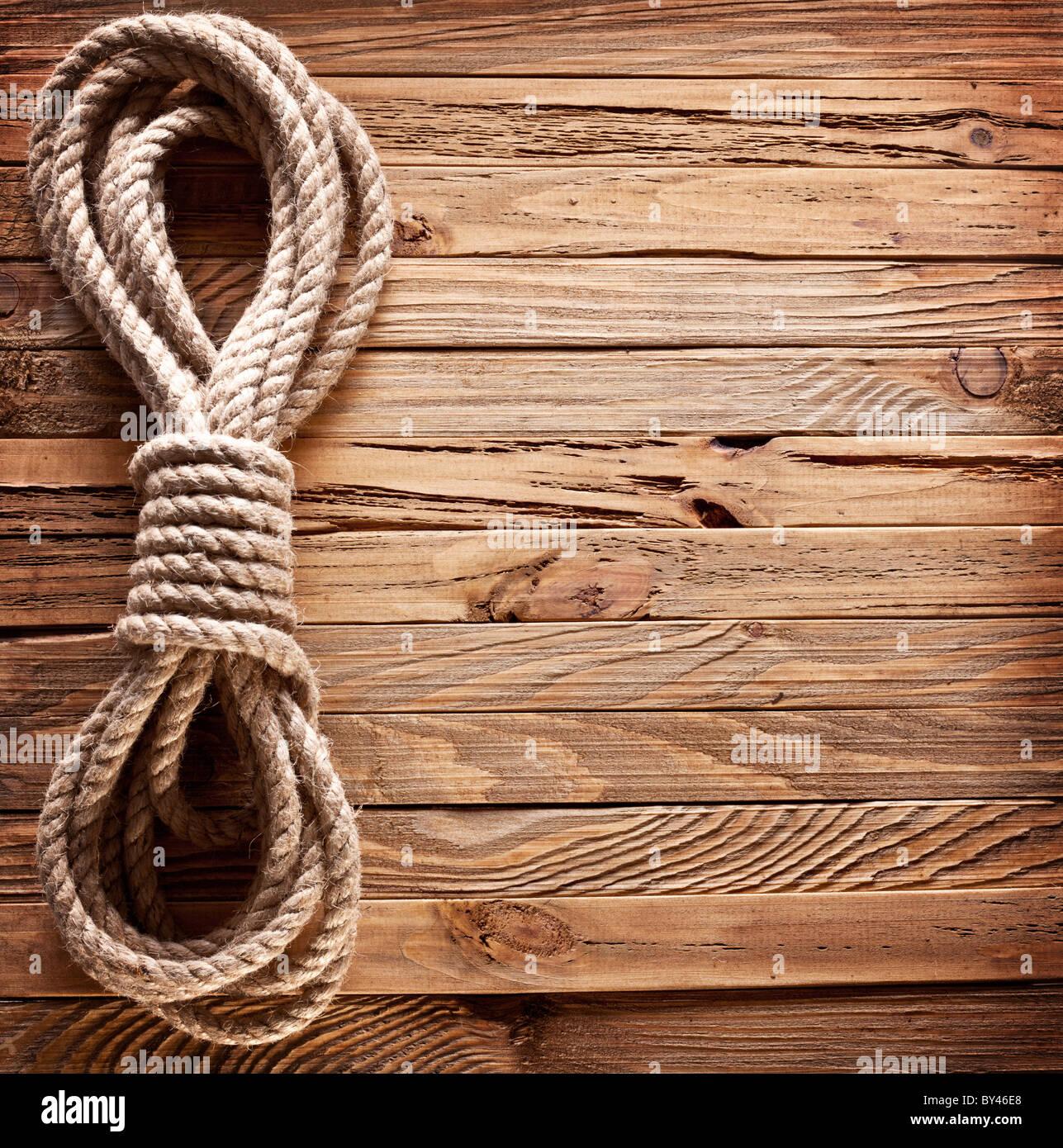 Imagen antigua de la textura de los tableros de madera con cuerda de barco. Imagen De Stock