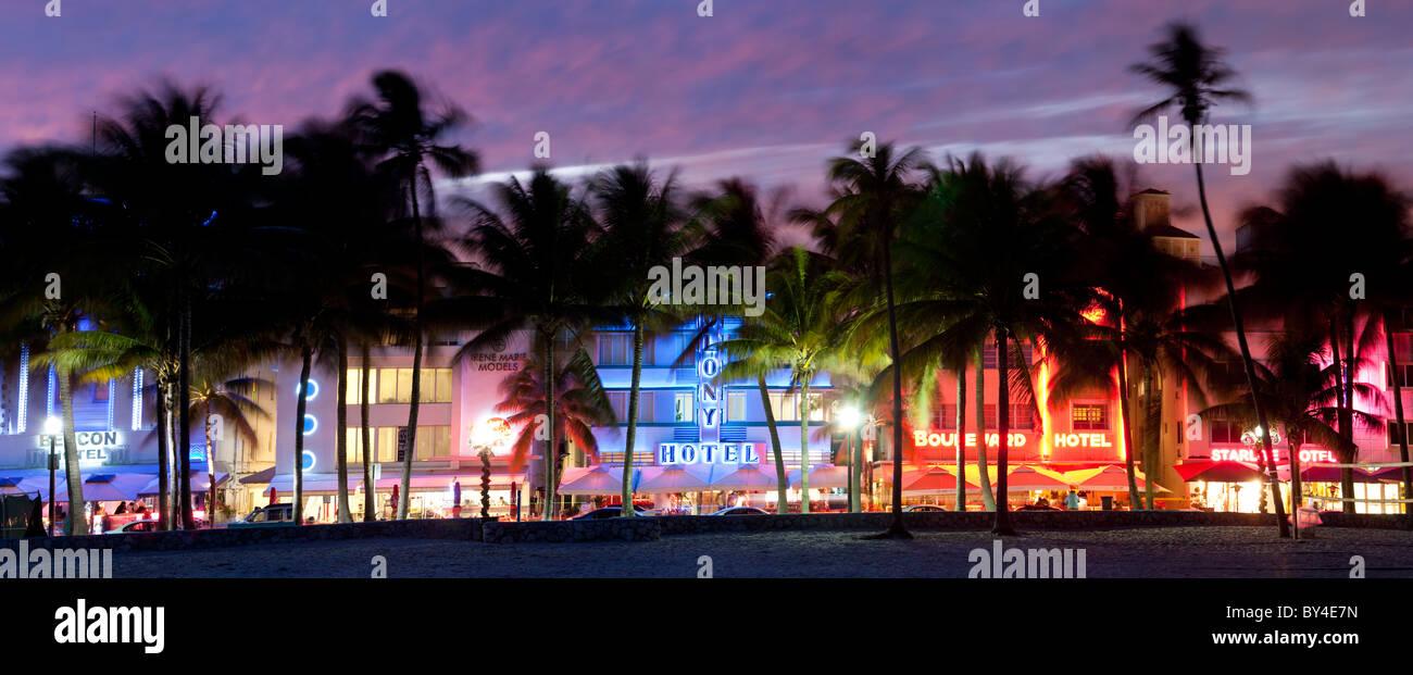 Zona Art decó con hoteles al anochecer, Miami, Florida, EE.UU. Imagen De Stock