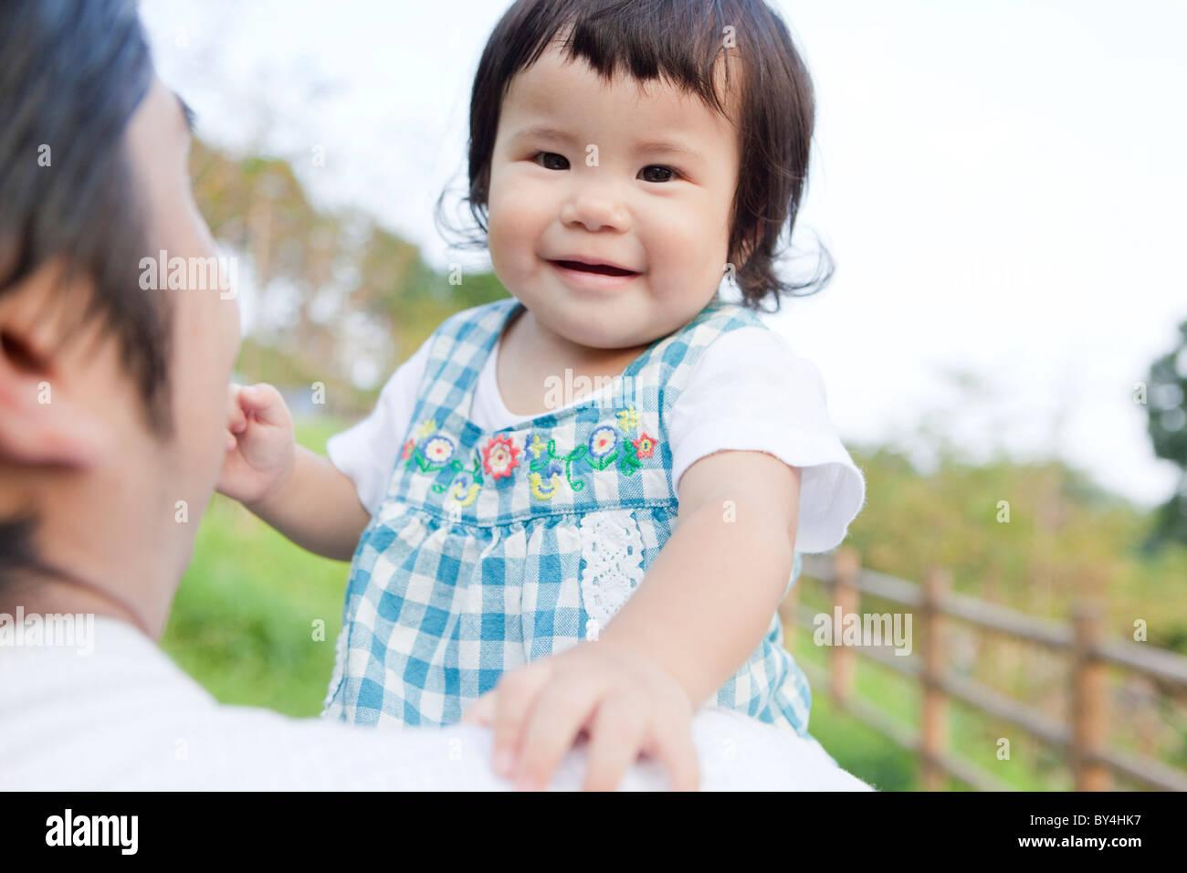 Padre llevar a su hija Foto de stock