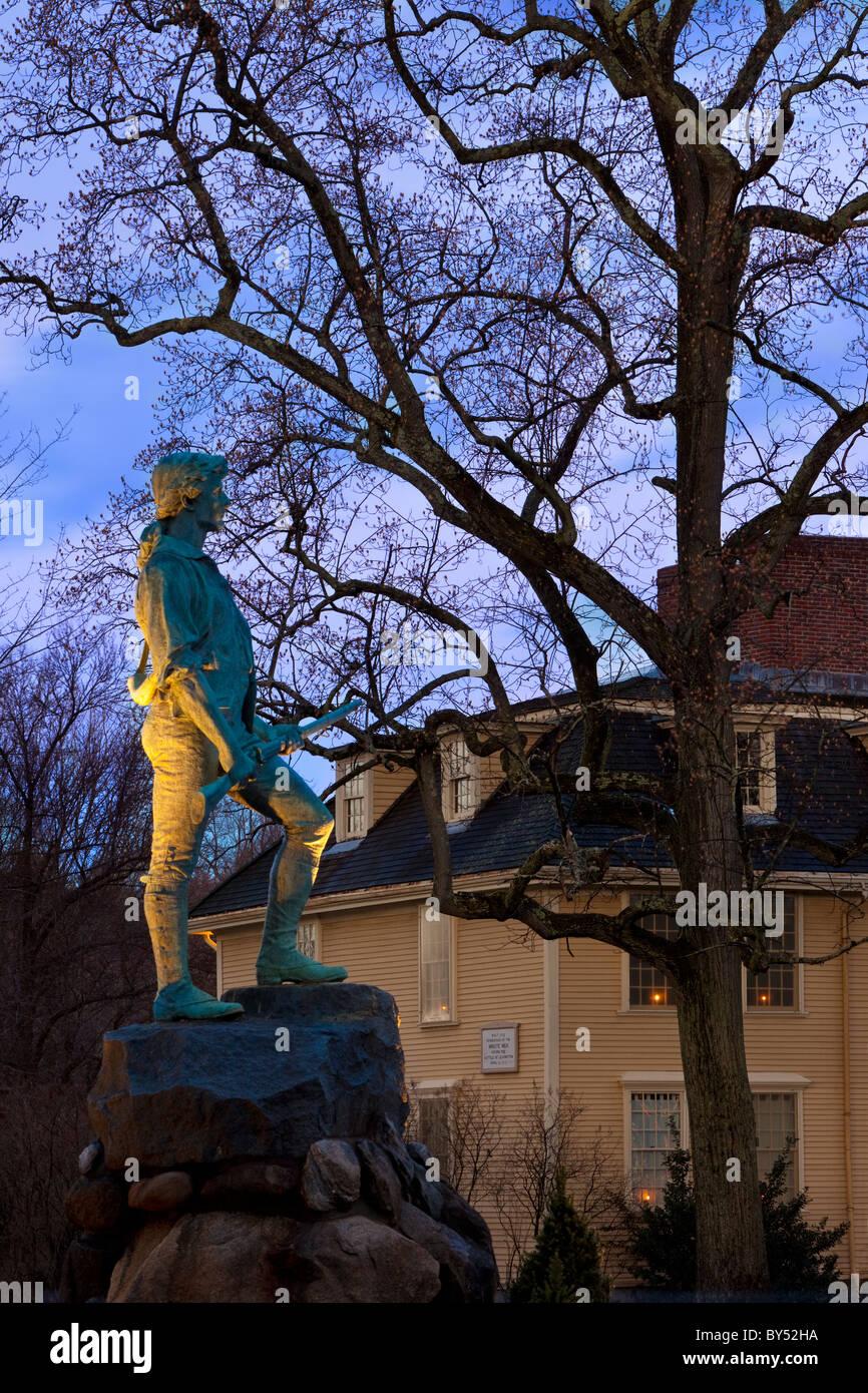 El atardecer en el Minuteman estatua con Buckman Tavern más allá de Lexington, Massachusetts, EE.UU. Foto de stock