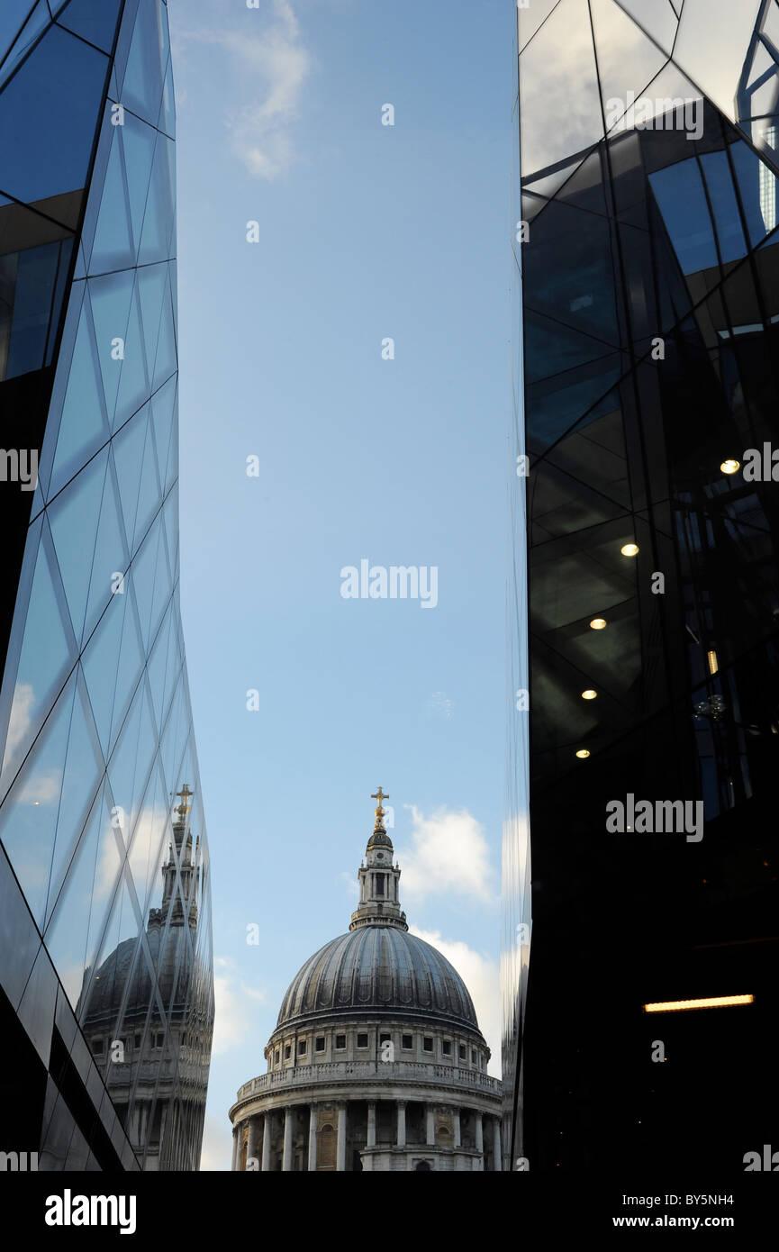 Vista de la Catedral de San Pablo desde un nuevo cambio Shopping Centre, Londres Foto de stock