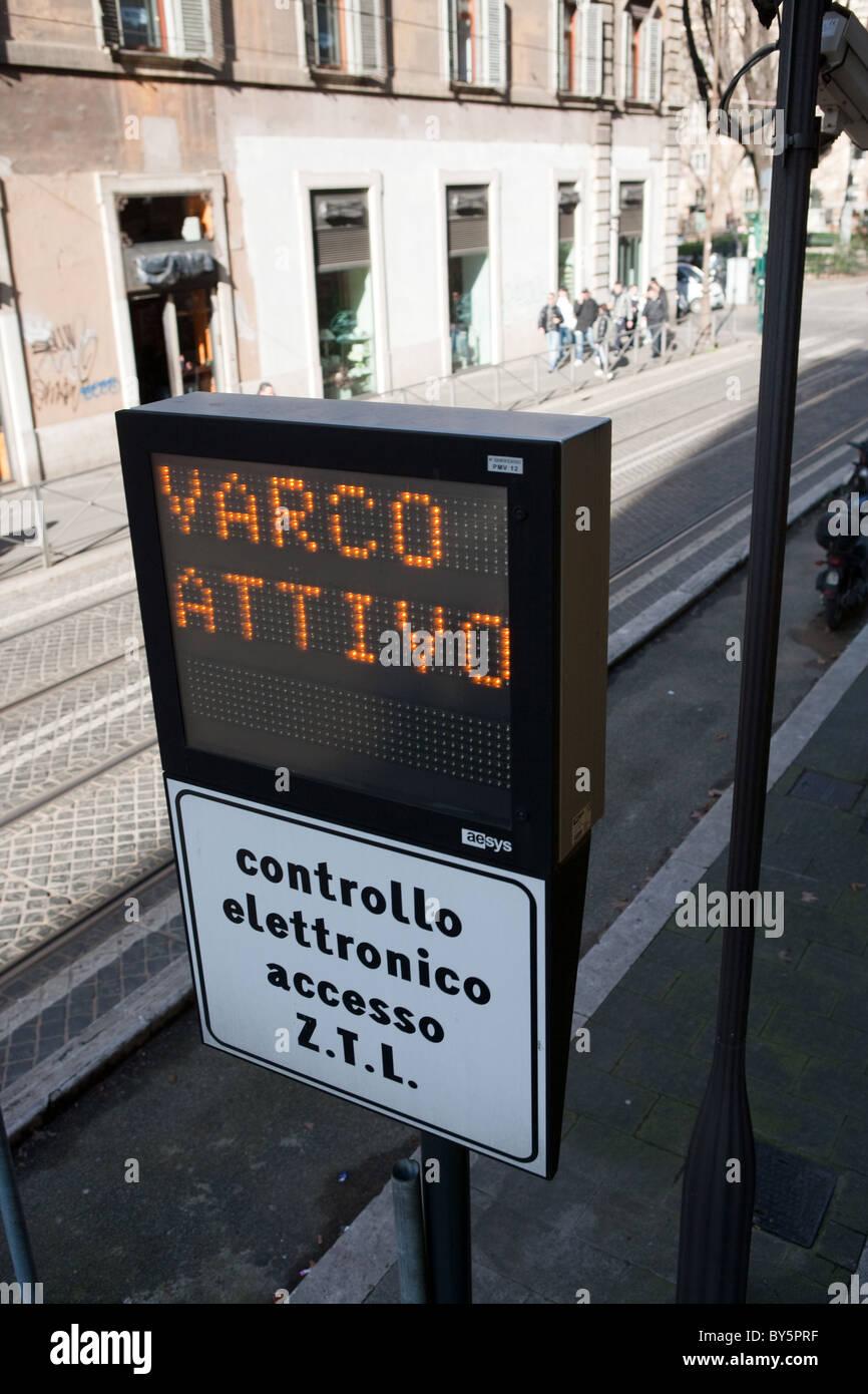 Control electrónico de señal luminosa entrada ZTL zona barrera limita el tráfico de cártel Roma Imagen De Stock