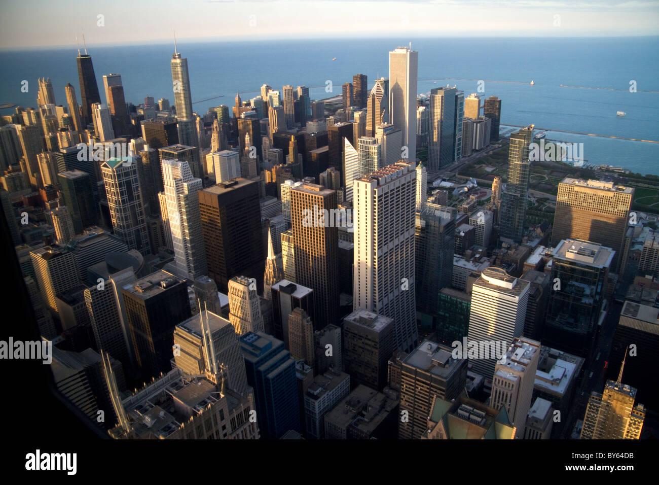 Vista aérea de la ciudad y el Lago Michigan waterfront de la Willis Tower en Chicago, Illinois, Estados Unidos. Imagen De Stock