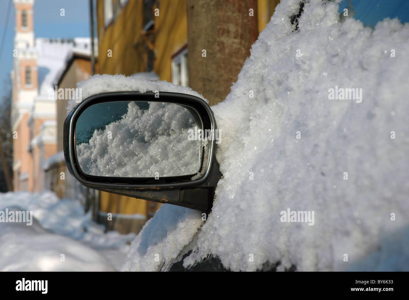 Coche con sidemirror cubiertos de nieve en invierno en el tatu, Estonia Imagen De Stock
