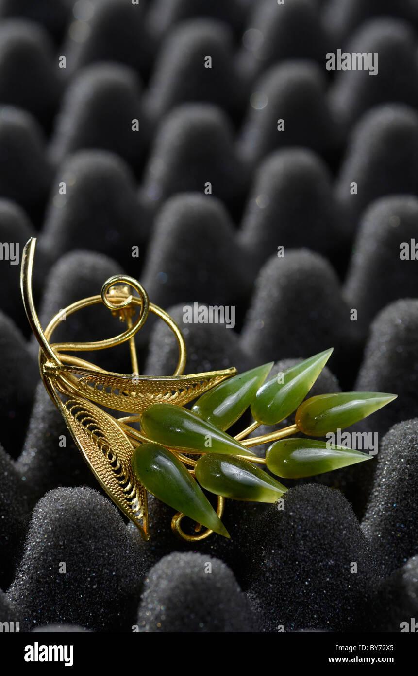 Broche de Oro joyería en jade negro acolchado de espuma Foto de stock